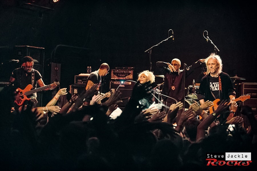 Doing the wave with Mother's Finest band